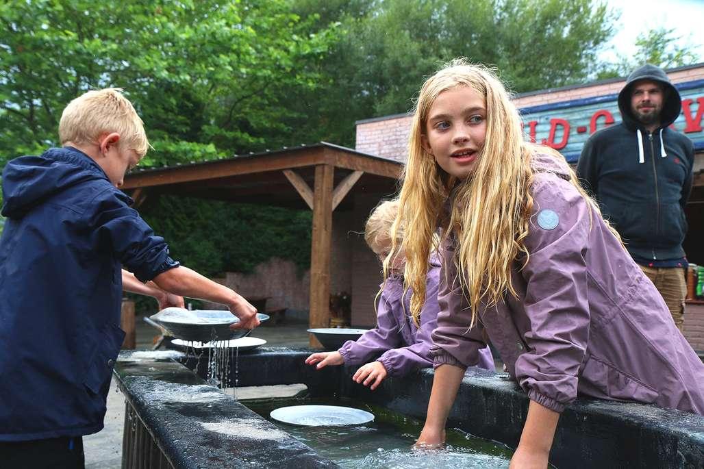 Fellesskap: Gullgraving går aldri av moten og er et eksempel på en aktivitet som både store og små synes er morsom. Foto: Fjord Line