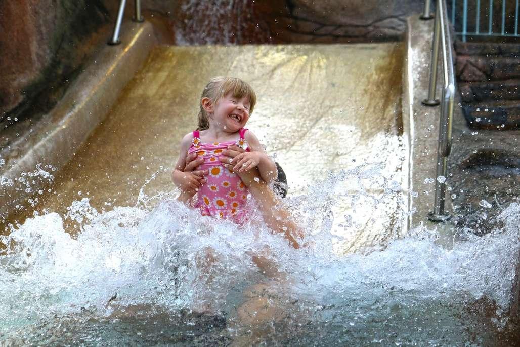Mia på 3,5 år er ikke skvetten og elsker vannlandet på Skallerup Seaside Resort. Foto: Fjord Line