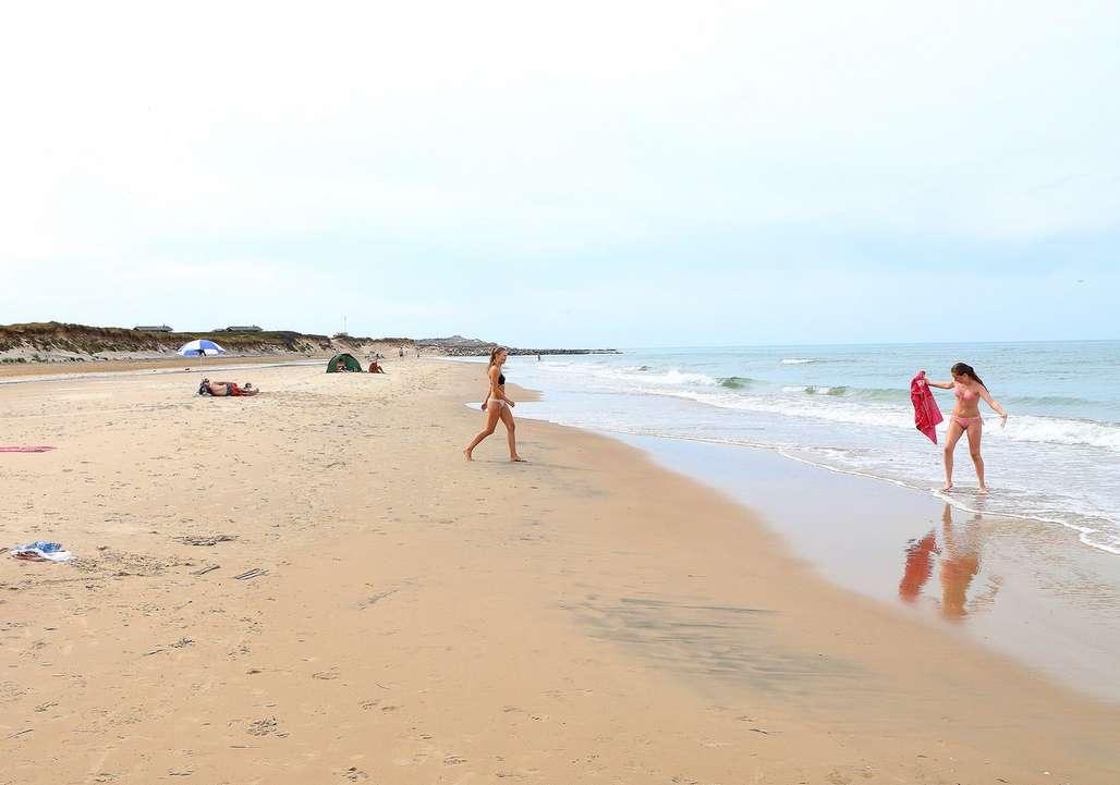 Lek på stranden i Danmark