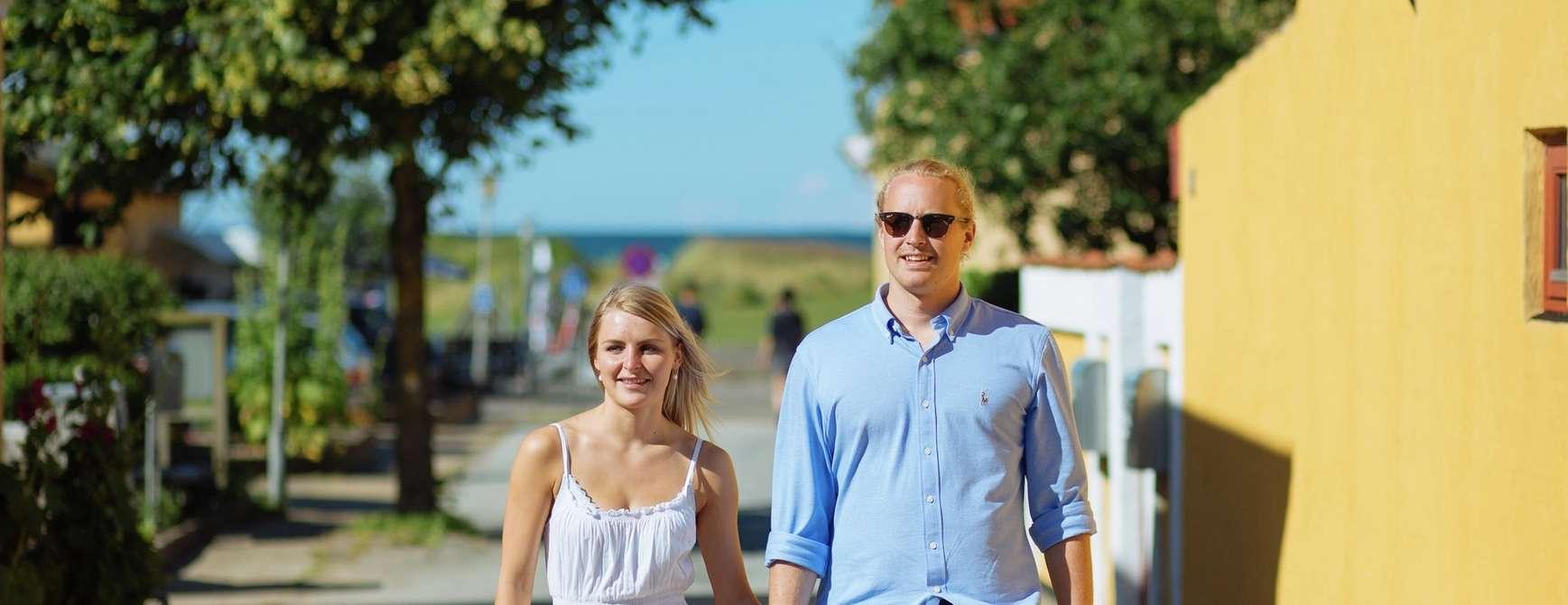 Hånd i hånd i vakre Sæby. Foto: Visit Denmark