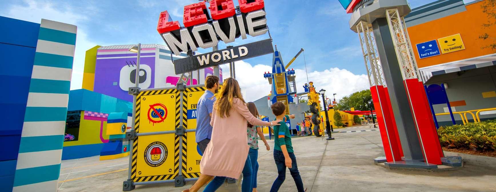 Familie på vei inn på nyheten Lego Movie World