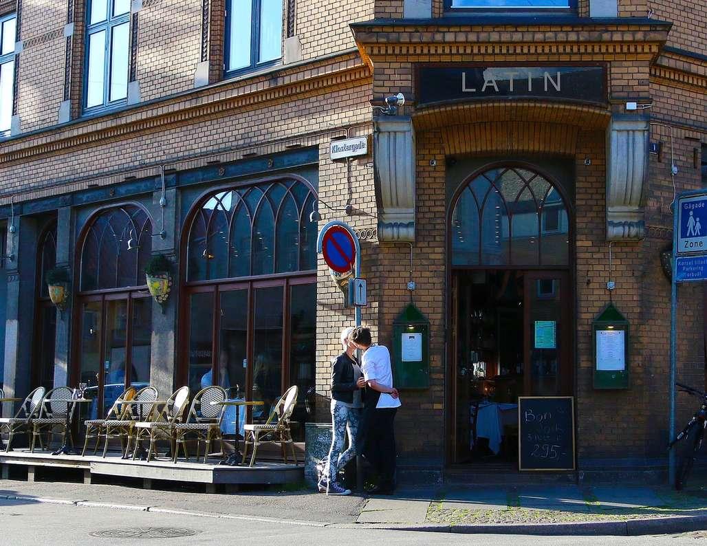 Romantikk: Latinerkvartalet er ett av utallige romantiske områder i det forholdsvis tette sentrumet av Aarhus. Her tar kokken på et utested en pause i arbeidet for å kysse kjæresten sin. Foto: Fjord Line