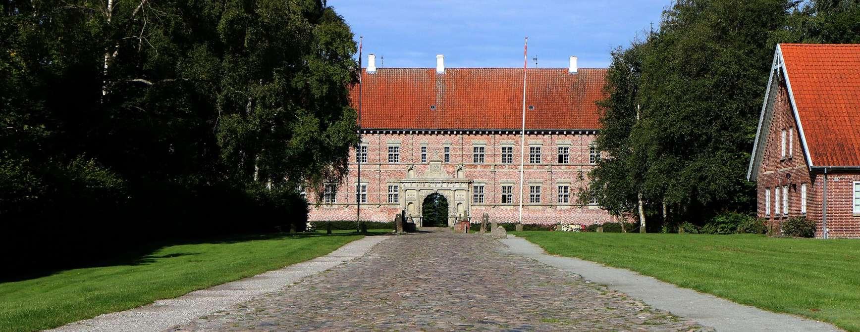 Den stenbelagte gate til slottet