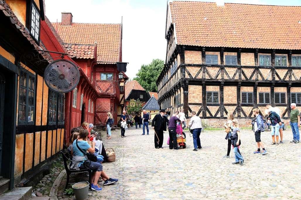 Den gamle by: Her vandrer du bokstavelig talt rundt i en historiebok. Se hvordan det gikk da Torkjell Berulfsen besøkte Den Gamle By. Foto: Flemming Hofmann Tveitan/Fjord Line