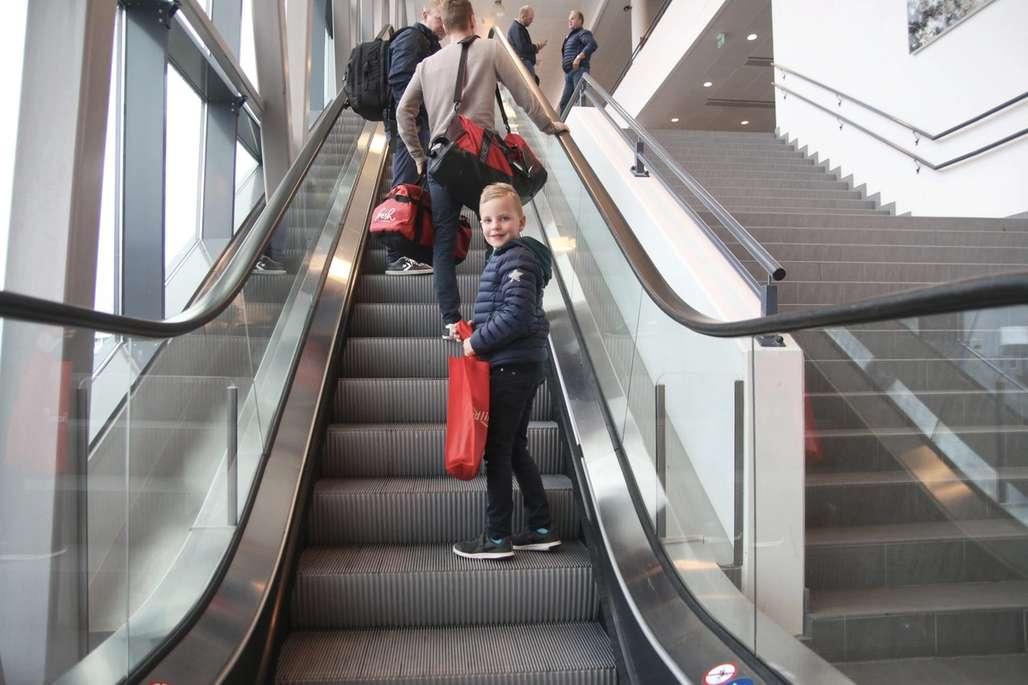 Gutt i rulletrapp på vei til terminalen.