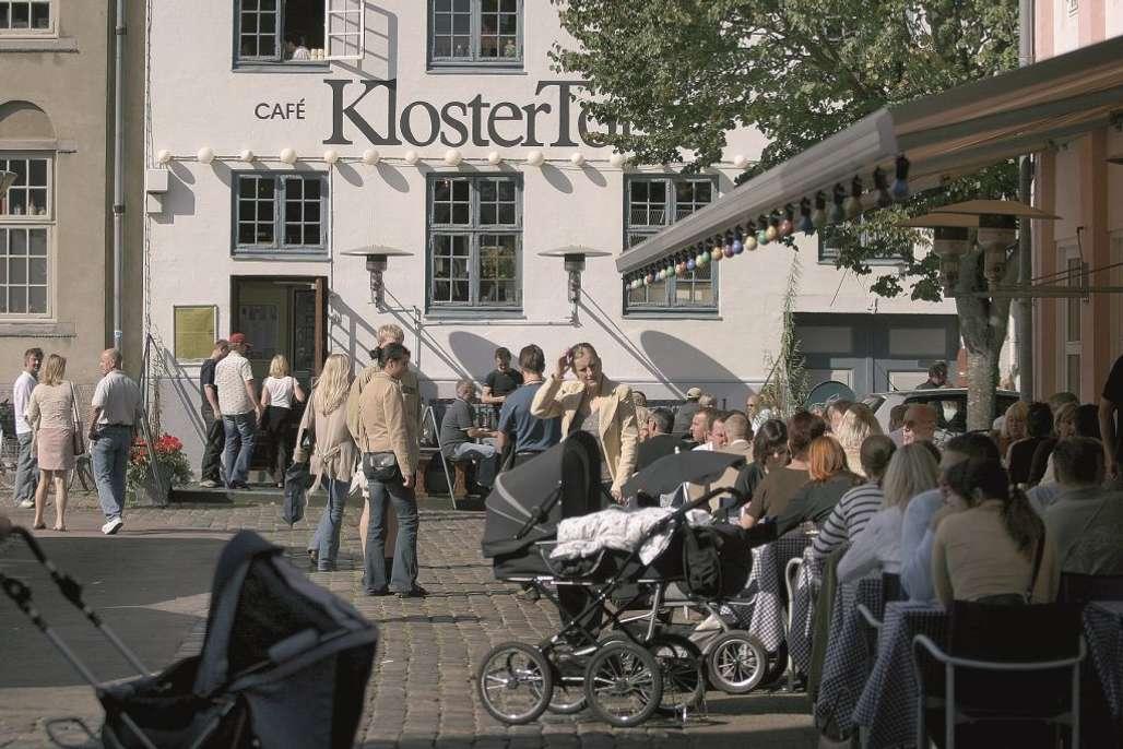 Cafe KlosterTorvet er en populær cafe på C.W. Obels Plads. Foto: VisitAalborg