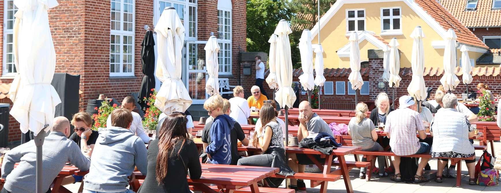 Livlig: På godværsdager er det alltid livlig på Bryghusets store uteområde. Se opp for livemusikk :) Foto: Fjord Line