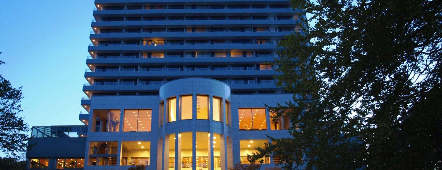 Fasadebilde av hotellet i skumring