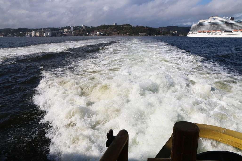 Kjølvannet bak skip som kjører utover.