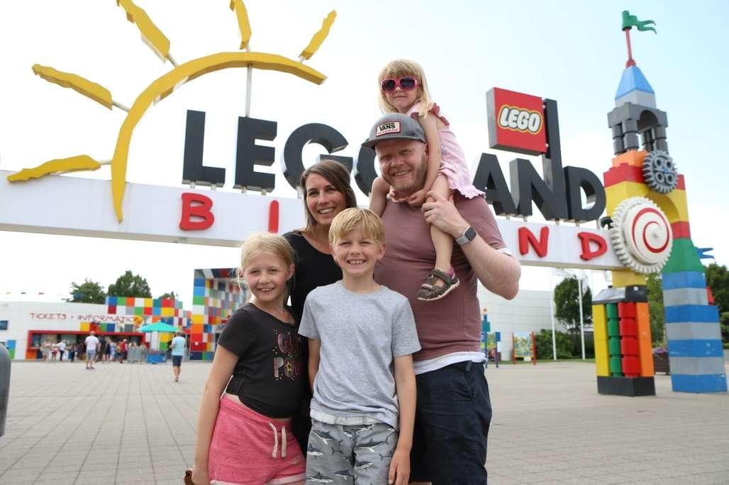 Familie utenfor inngangen til Legoland i Billund