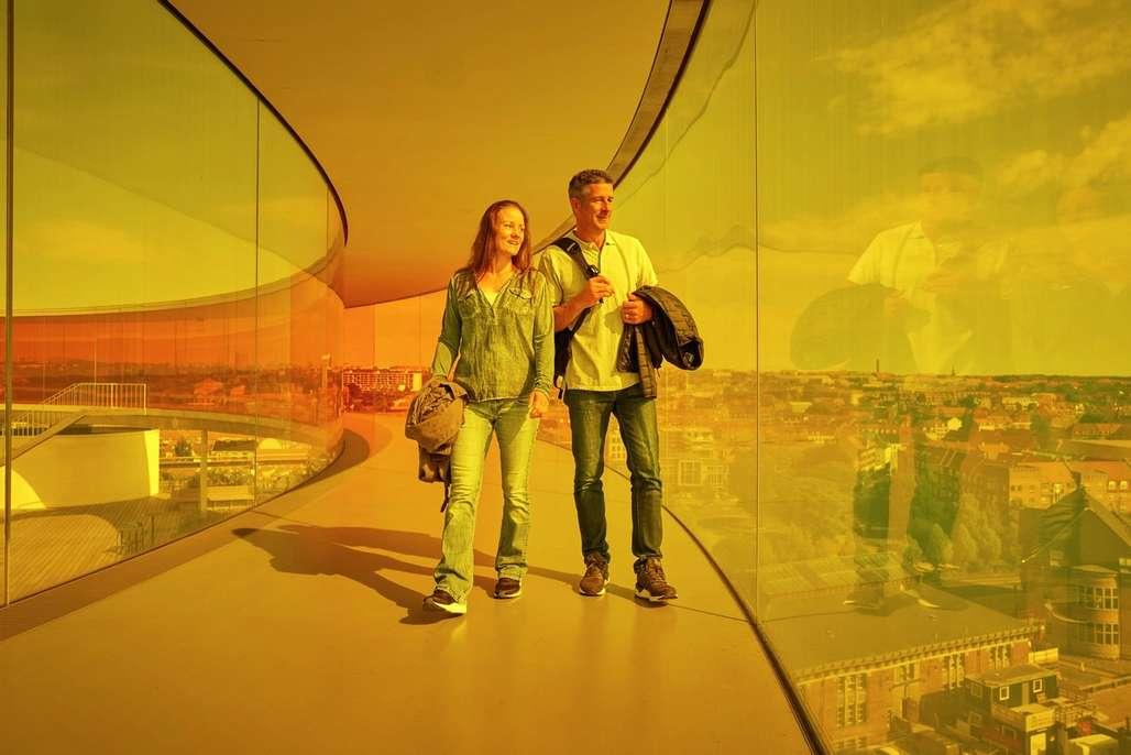 Landemerke: Med sine 17.700 kvadratmeter over ni etasjer og Olafur Eliassons kunstverk «Himmelrummet» på taket, har ARoS-museet blitt et landemerke og en dundrende besøkssuksess i Aarhus. Foto: Fjord Line[/caption]