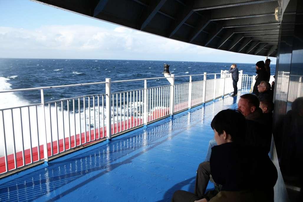 Ute på dekk om bord på katamaran.