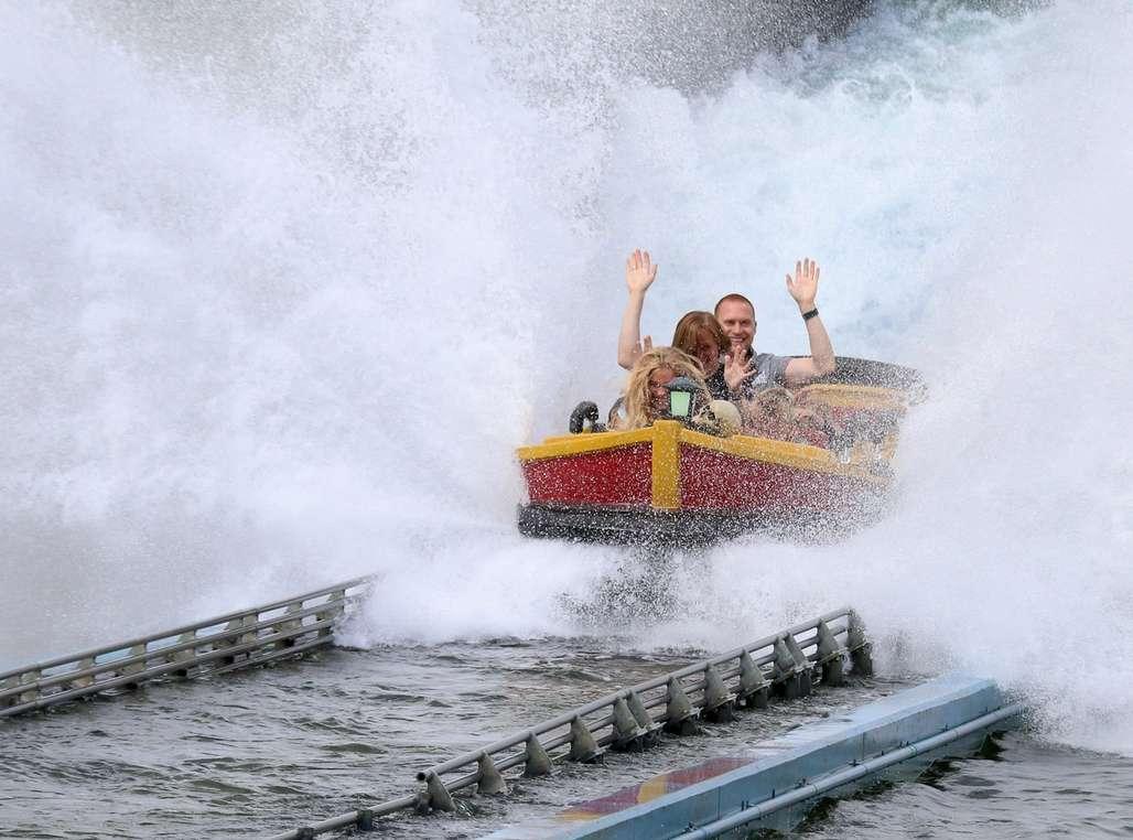 Familielykke: På de aller fleste attraksjonene i Djurs Sommerland, kan hele familien være med å more seg. Som her i «Skatteøen», som er Nord-Europas største Water Coaster. Foto: Fjord Line
