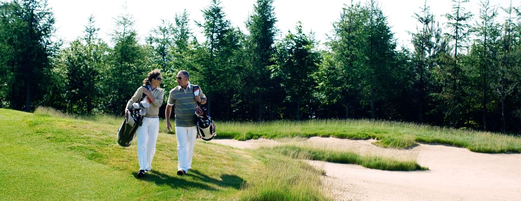 Par nyter en deilig golfrunde ved Kokkedal Slot i Nord Jylland. Foto: Robin Skjoldborg/Visit Denmark