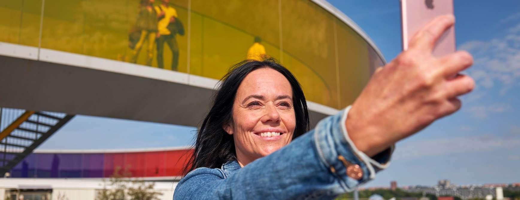 Jente tar selfie utenfor ARos i Aarhus