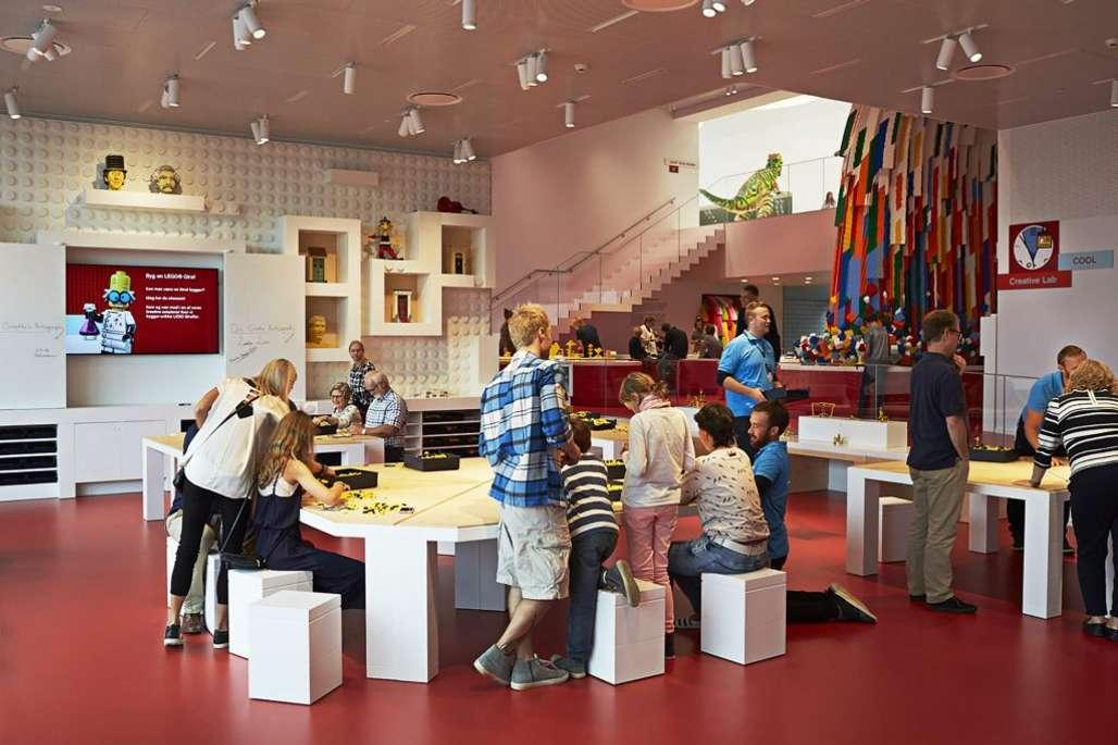 Mange barn som leker med lego.