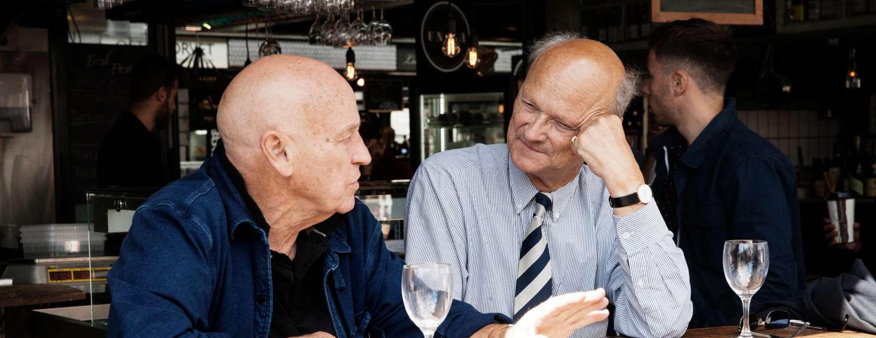 To eldre herrer koser seg i Aalborg.