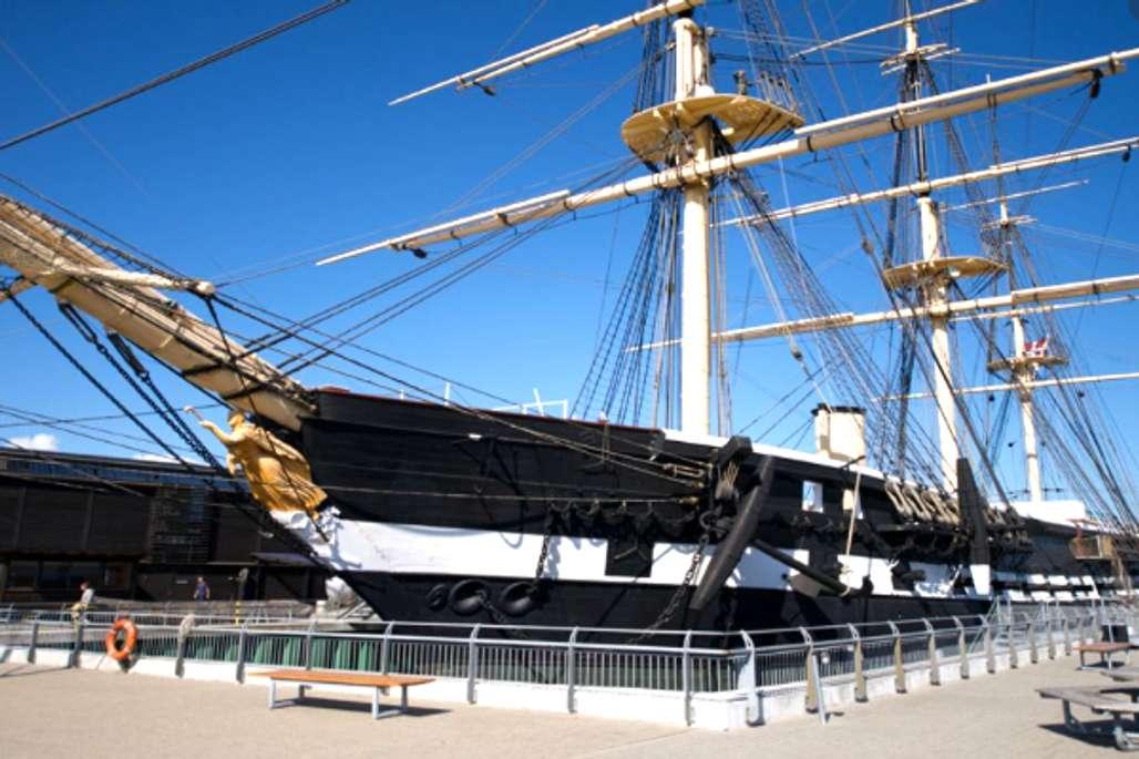 Landemerke. Fregatten Jylland er et landemerke i havne i Ebeltoft. Foto: Visit Djursland