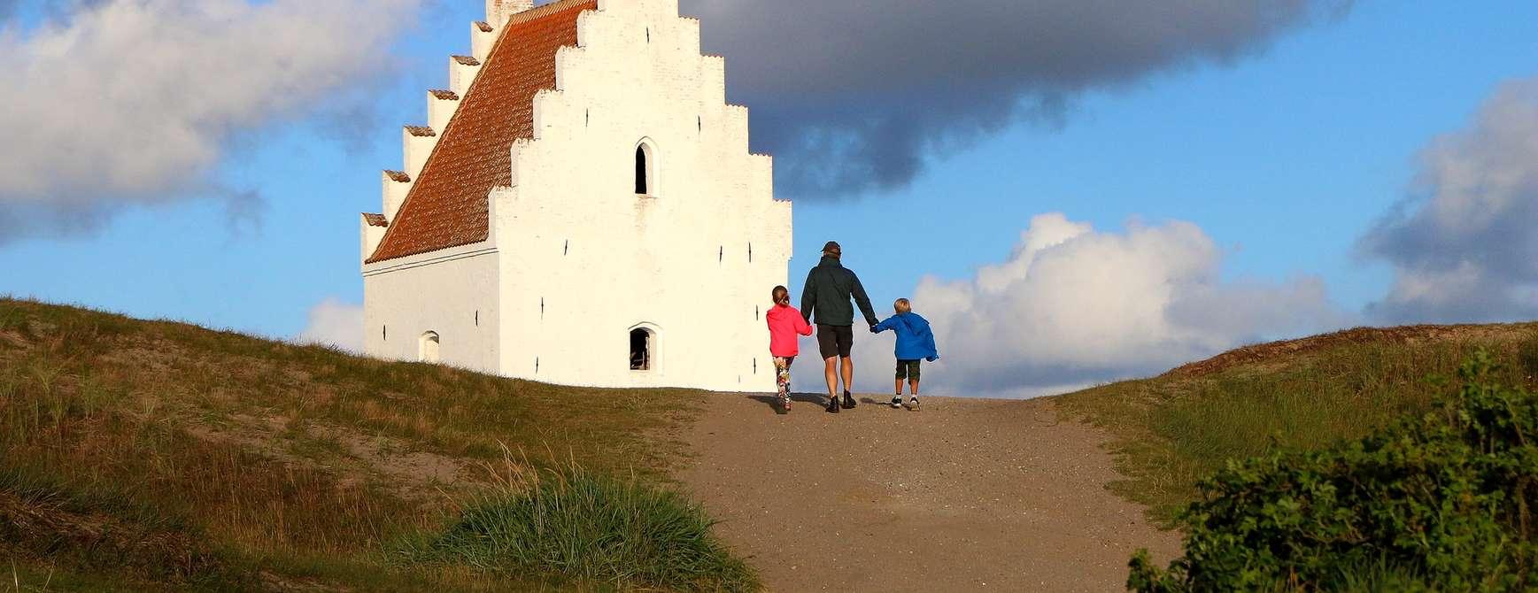 Den tilsande kirke sør for Skagen på toppen av Danmark er et interessant skue. Foto: Fjord Line