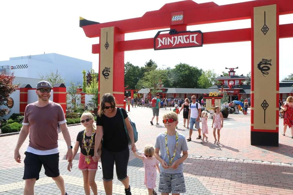 Familie ved inngangen til den populære attraksjonen Ninjago i Legoland