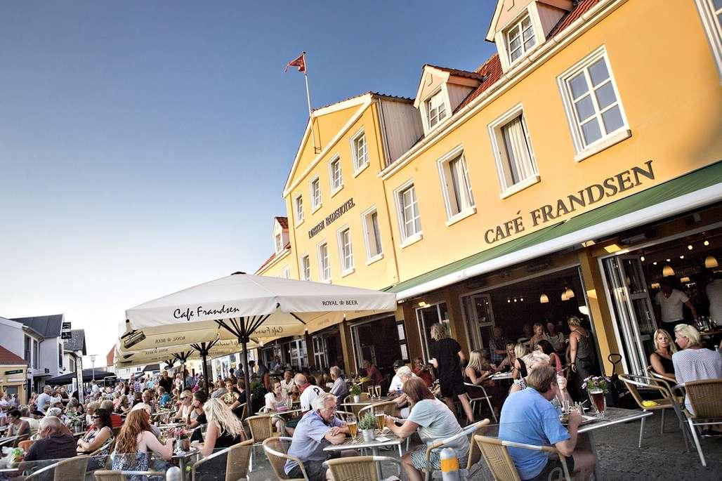 Torvet i Løkken er fylt med sommerglade mennesker hvert år.