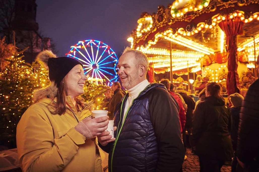 Stemning: Å rusle rundt på julemarkedet med noe varmt i koppen, se på livet og kanskje handle en gave eller to i de mange bodene, setter stemningen. Foto: Fjord Line