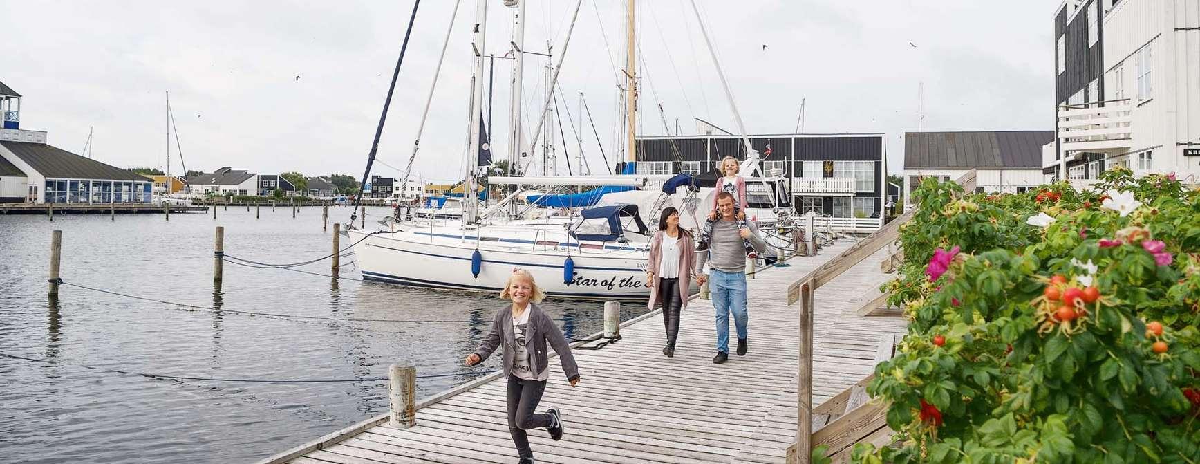 Familie langs havnen i Ebeltoft