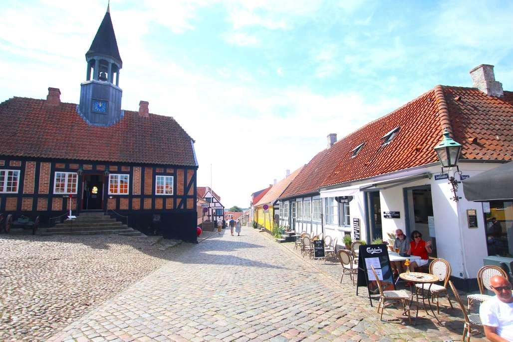 Gammelt. Ebeltoft er en gammel by og det meste står slik det gjorde for et par hundre år siden. Til venstre det gamle rådhuset, der du finner en ekte fangekjeller, som er en soleklart favoritt for barna. Foto: Fjord Line