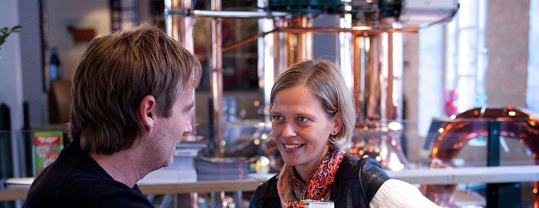 Kan det bli hyggeligere? Sitte med en god venn over et godt glass på et bryggeri i Aalborg. Foto: Visit Denmark