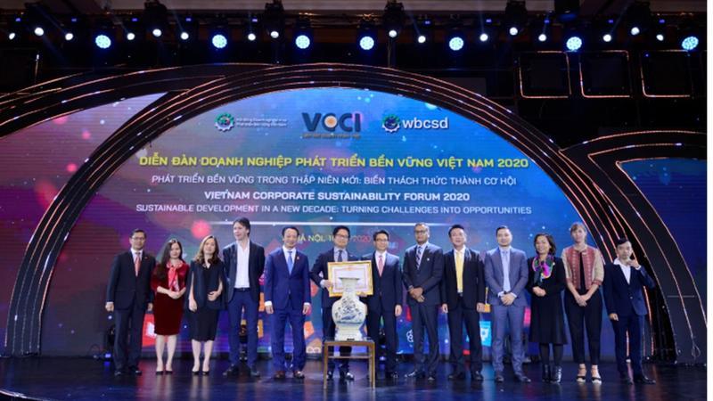 Pho Chu tich Unilever Viet Nam Do Thai Vuong cung nhan bang khen cua Thu tuong trao cho VBCSD
