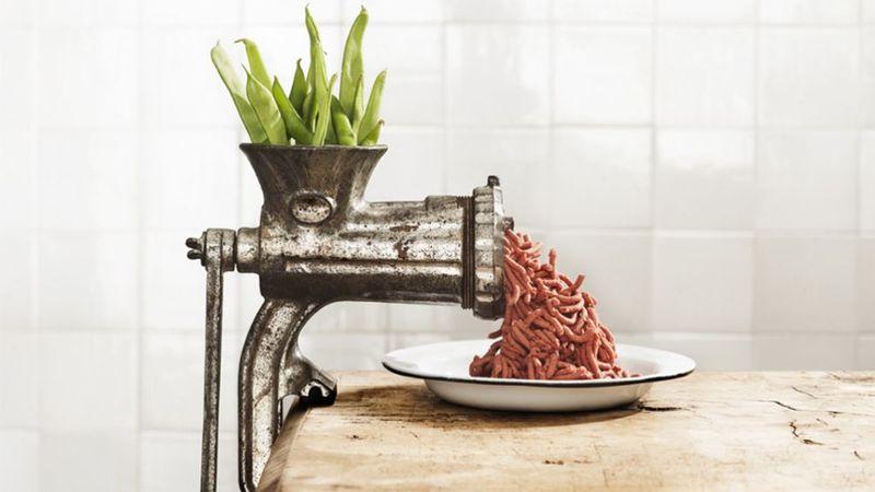 Növényi alapú húskészítmény a darálóban.
