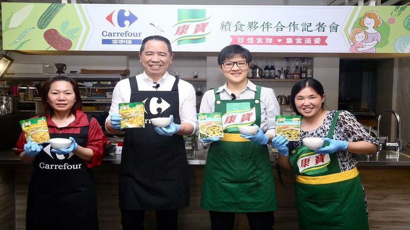 People holding Knorr products