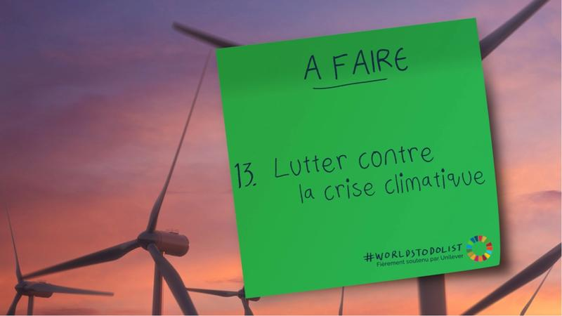 """Green sticker with a text saying """"Lutter contre la crise climatiqve"""""""