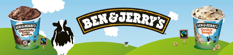 Une photo de 2 pots de ben & jerry's dans un pré avec une vache entre les deux
