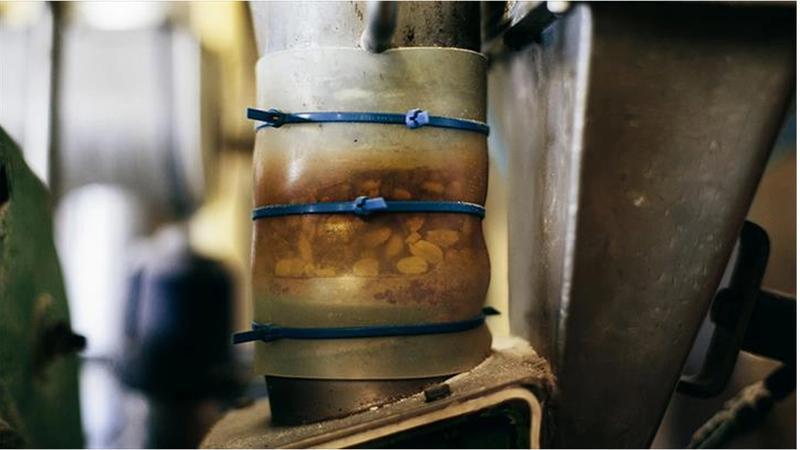 Pindakaasmachine: pinda's worden vermalen tot pindakaas