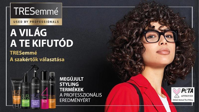 Göndör hajú szemüveges lány, mellette Tresemmé styling termékek.