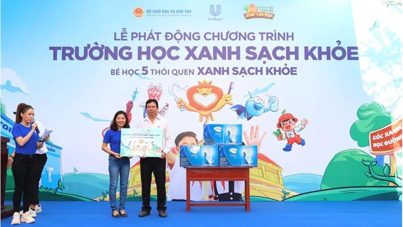Unilever Viet Nam trao tai tro cho Truong tieu hoc Thuan Thanh, tinh Long An