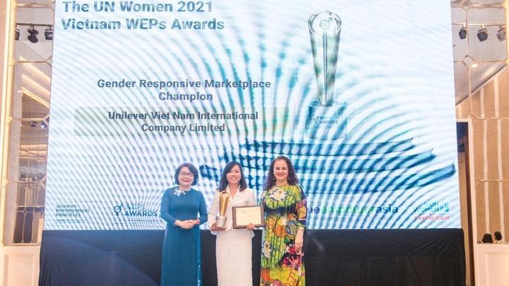 Cúp và bằng khen WEPs Awards 2021 của Unilever