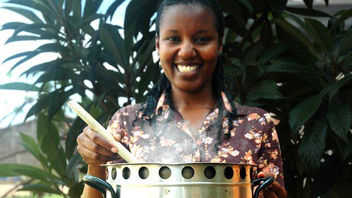 Woman with the Kunikoa cook stove