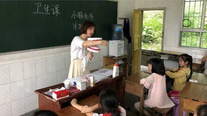 teacher explaining to kids