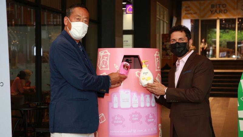 ภาพ CEO Unilever และ Sansiri กำลังหย่อนขวด HDPE