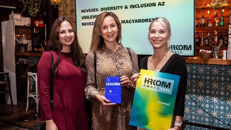 Az Unilever munkatársai átveszik a HRKOMM Award díjat