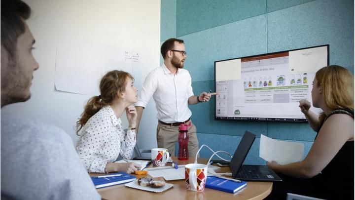 Az Unilever irodájában 4 munkavállaló SWOT elemzést készít.