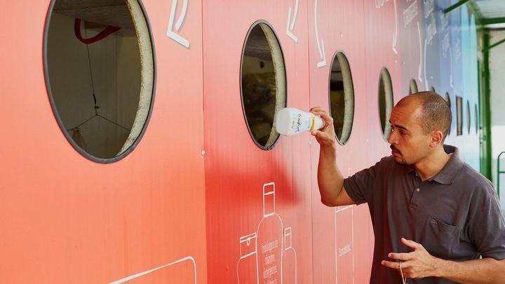 mies-kierrättämässä-muovipulloa