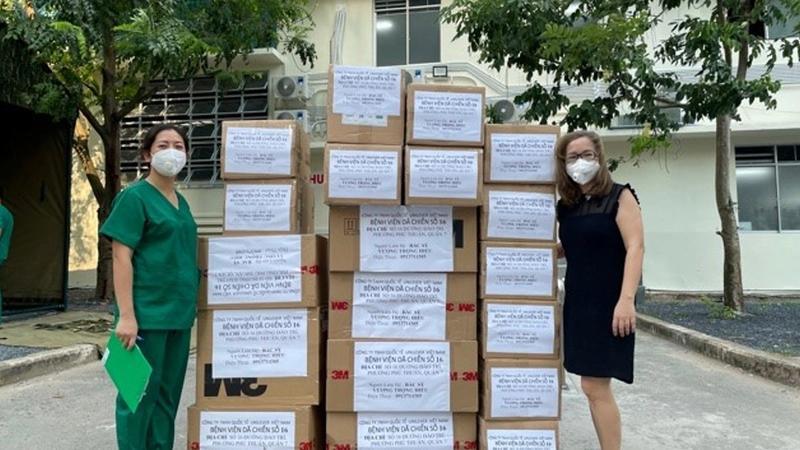 Các sản phẩm chống dịch do nhân viên Unilever đóng góp cũng được trao cho các bệnh viện dã chiến