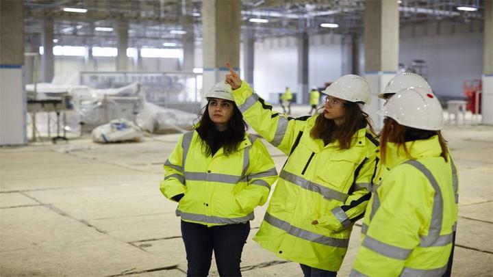 Üç çalışan kadın görseli
