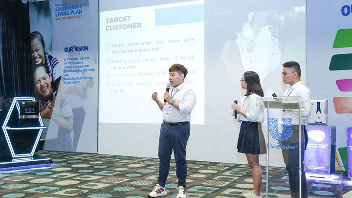 Vietnam people presenting