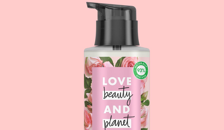 Un close up d'une bouteille rose de Love Beauty et Planet