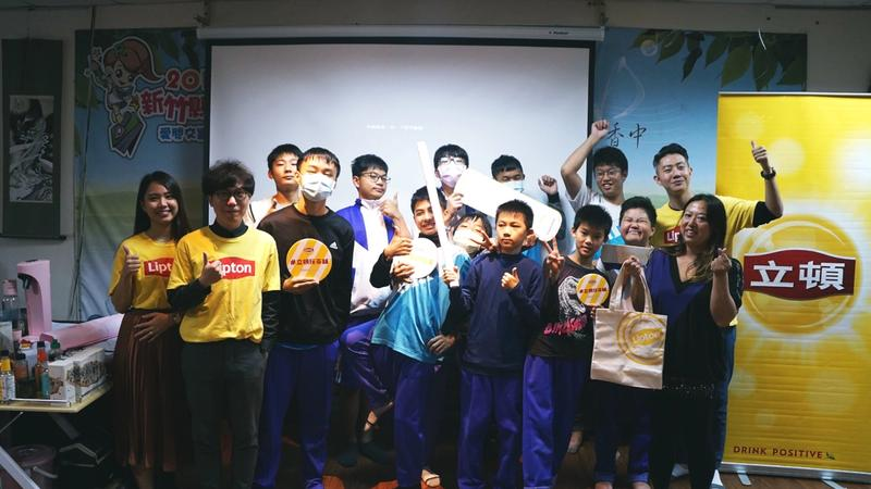 Lipton took group picture with students from Emei middle school
