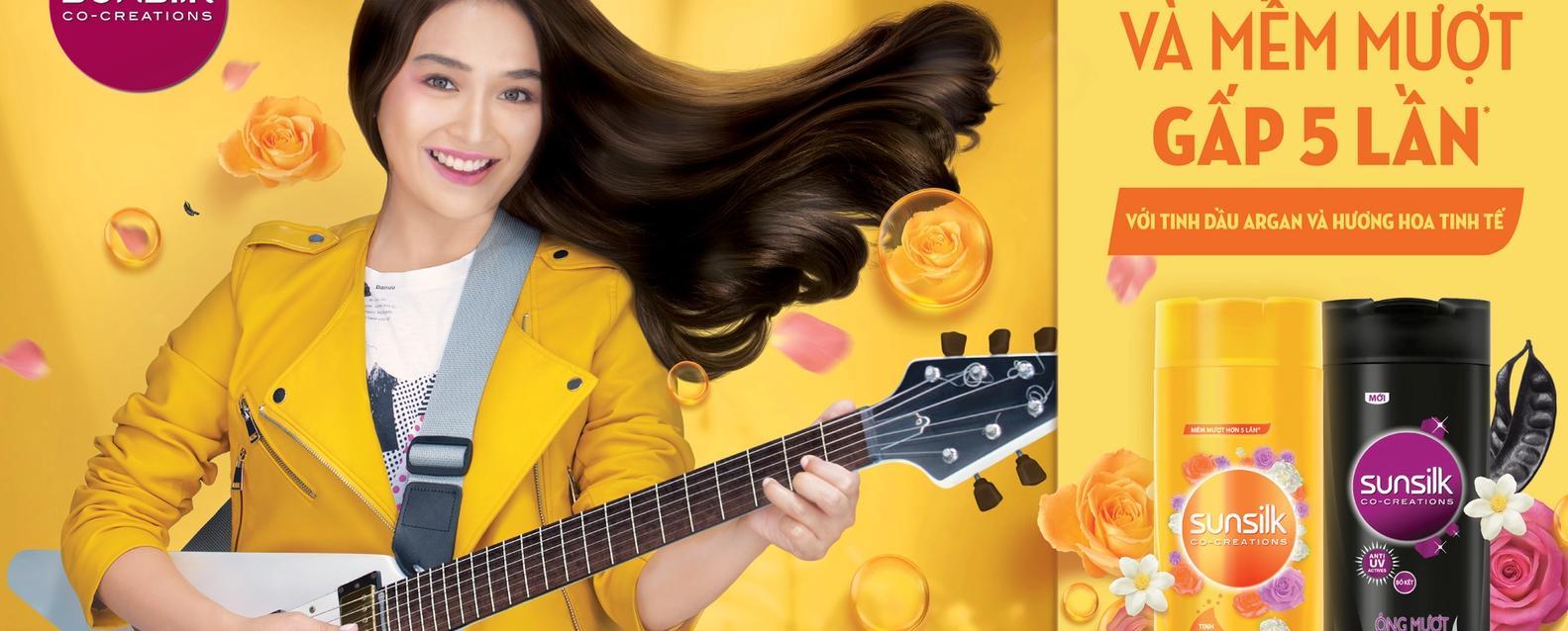 Cô gái với mái tóc mềm mượt ngát hương chơi guitar say mê cạnh dầu gội Sunsilk